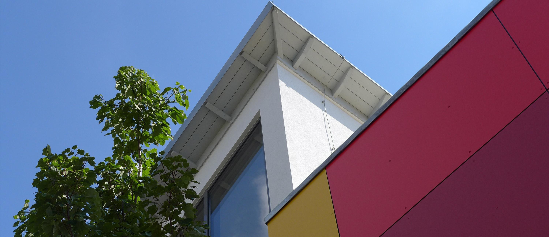 Blick auf den oberen Teil des Gebäudes der Kita in Ratingen