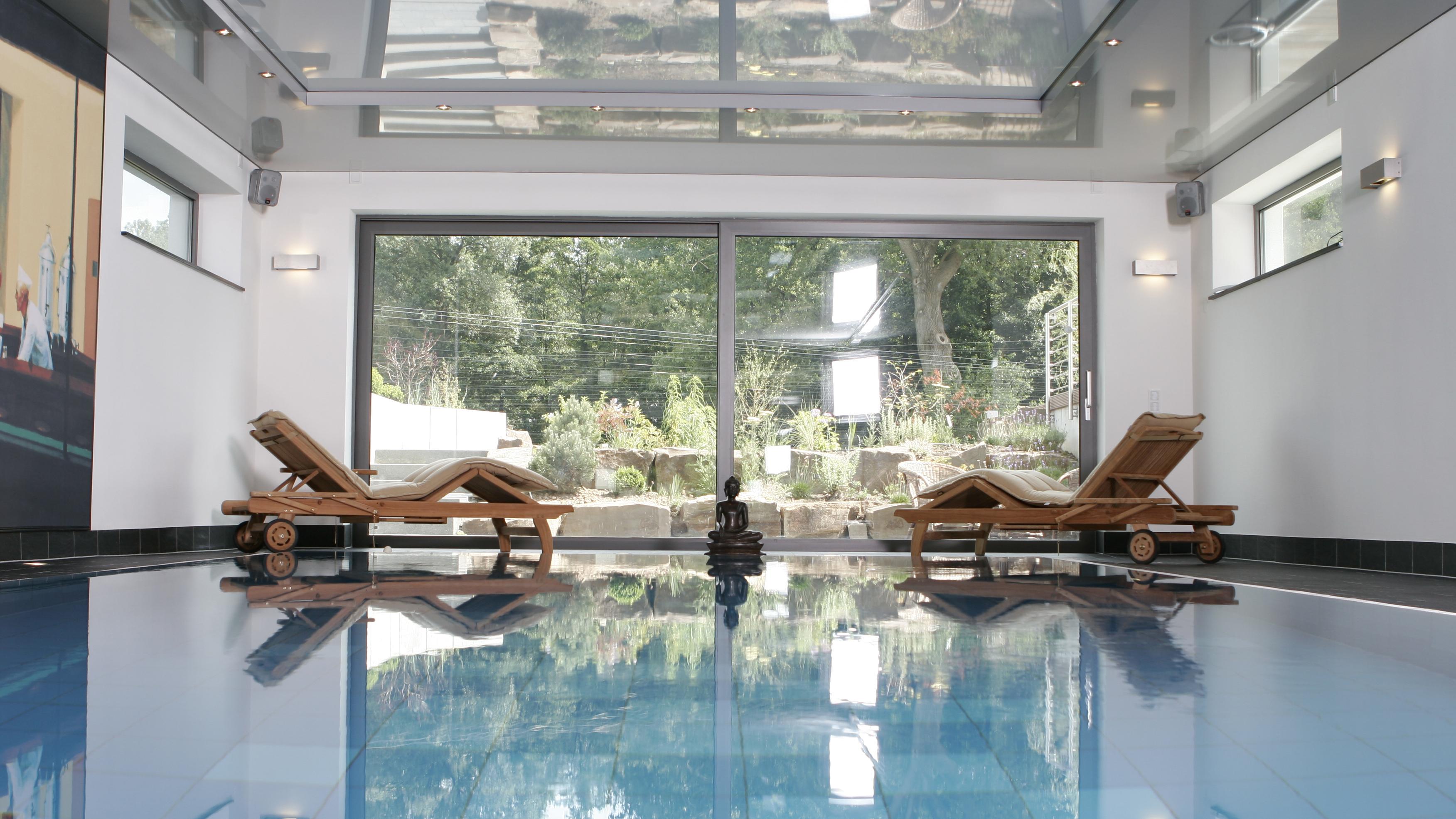 Hallenschwimmbad in einem Privathaus